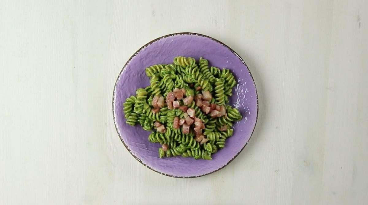 Fusilli di farro al pesto di spinaci e nocciole con pancetta.