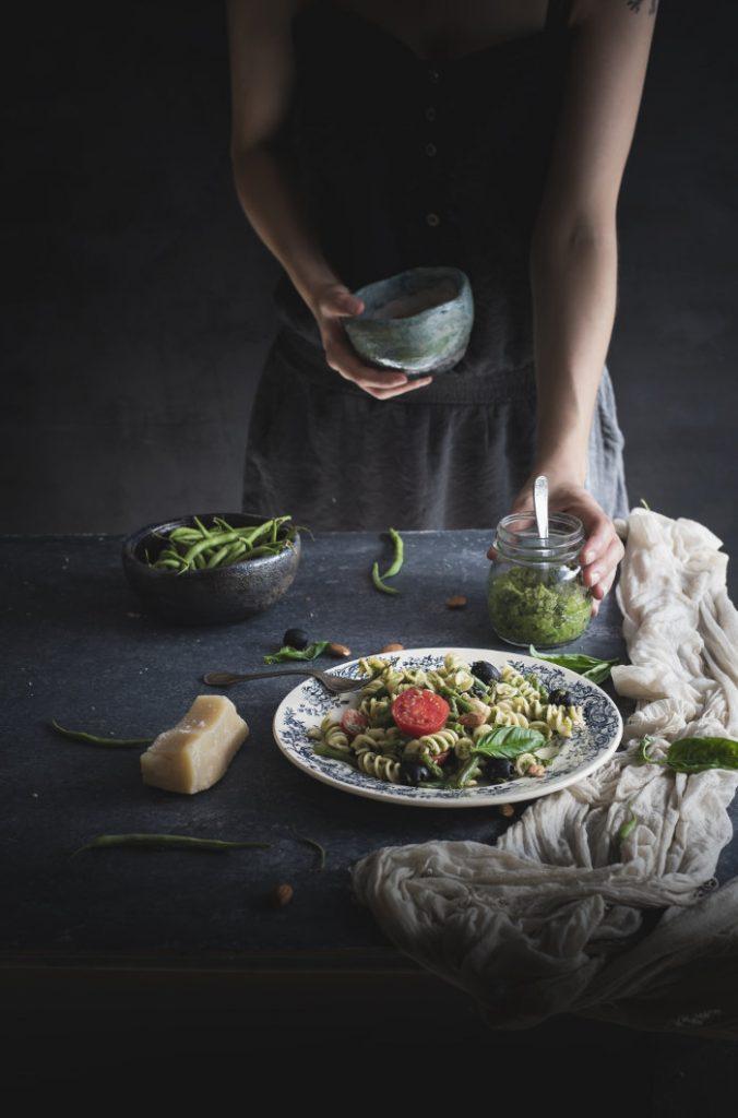 Fusilli al pesto di fagiolini e mandorle con olive e pomodori 2