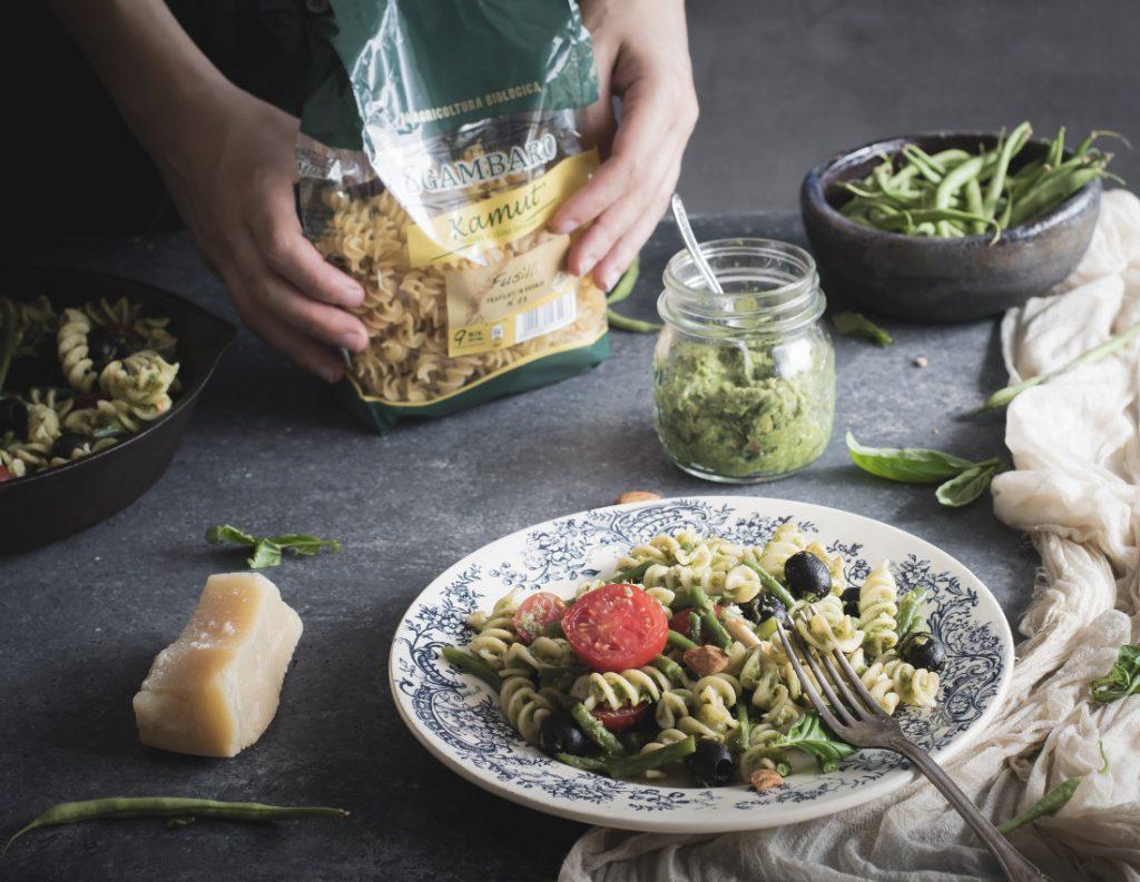 Fusilli al pesto di fagiolini e mandorle con olive e pomodori 1