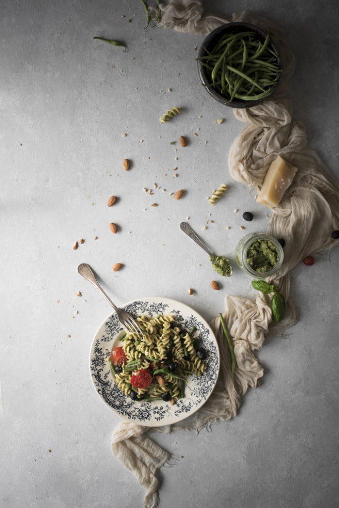 Fusilli al pesto di fagiolini e mandorle con olive e pomodori 5