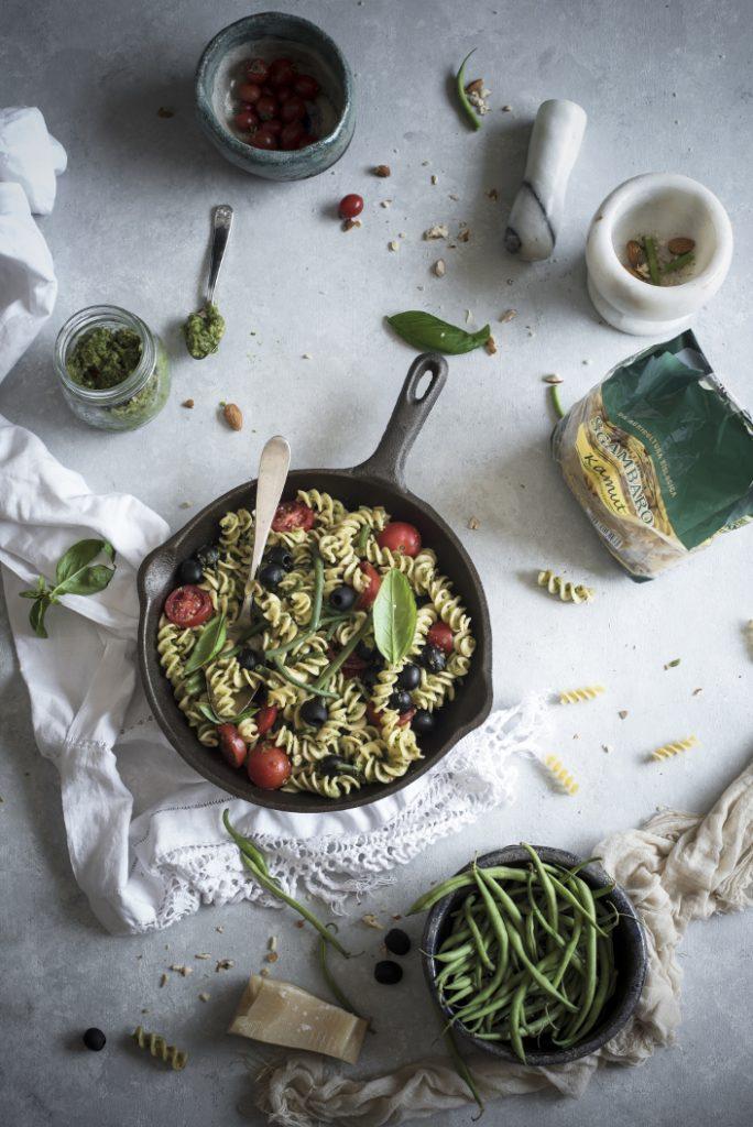 Fusilli al pesto di fagiolini e mandorle con olive e pomodori 3