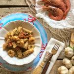 Tortiglioni al farro con gamberi, pomodorini, guanciale croccante, pesto di pistacchi e granella