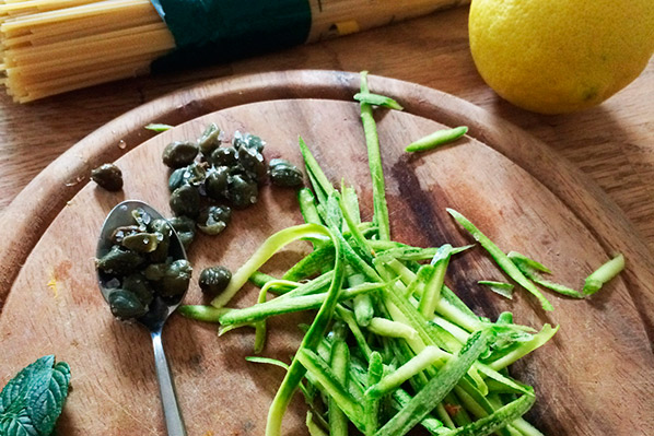 ricetta_ingr_spaghetti_di_kamut_biologici_all_aroma_di_limone_con_zucchine_capperi_e_menta
