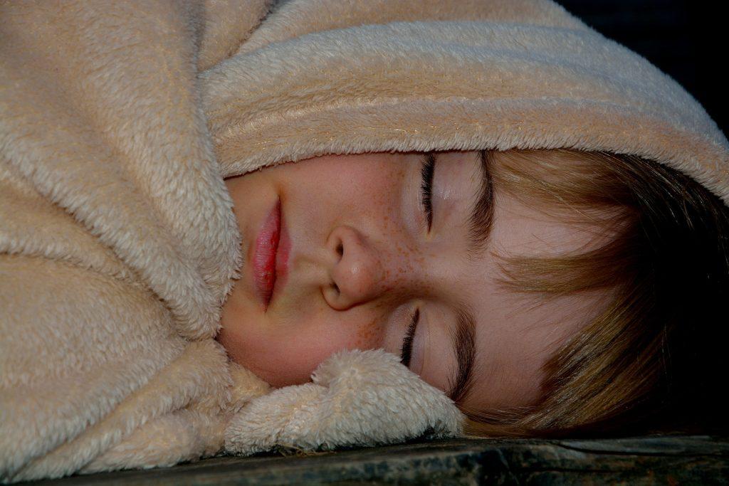 bambino stanco che dorme