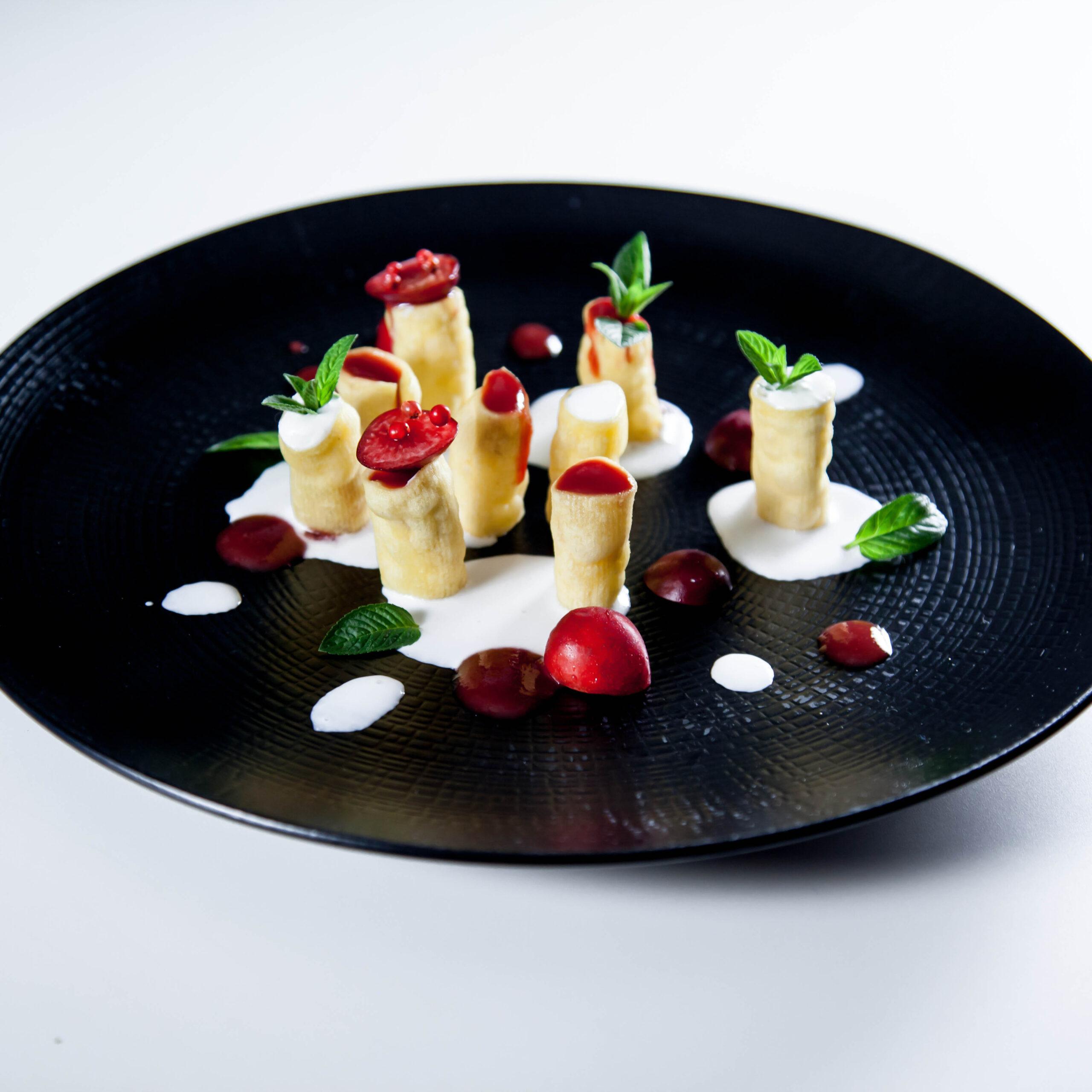 Cannolini di millerighe Sgambaro fritti con crema di ricotta e salsa di ciliegie