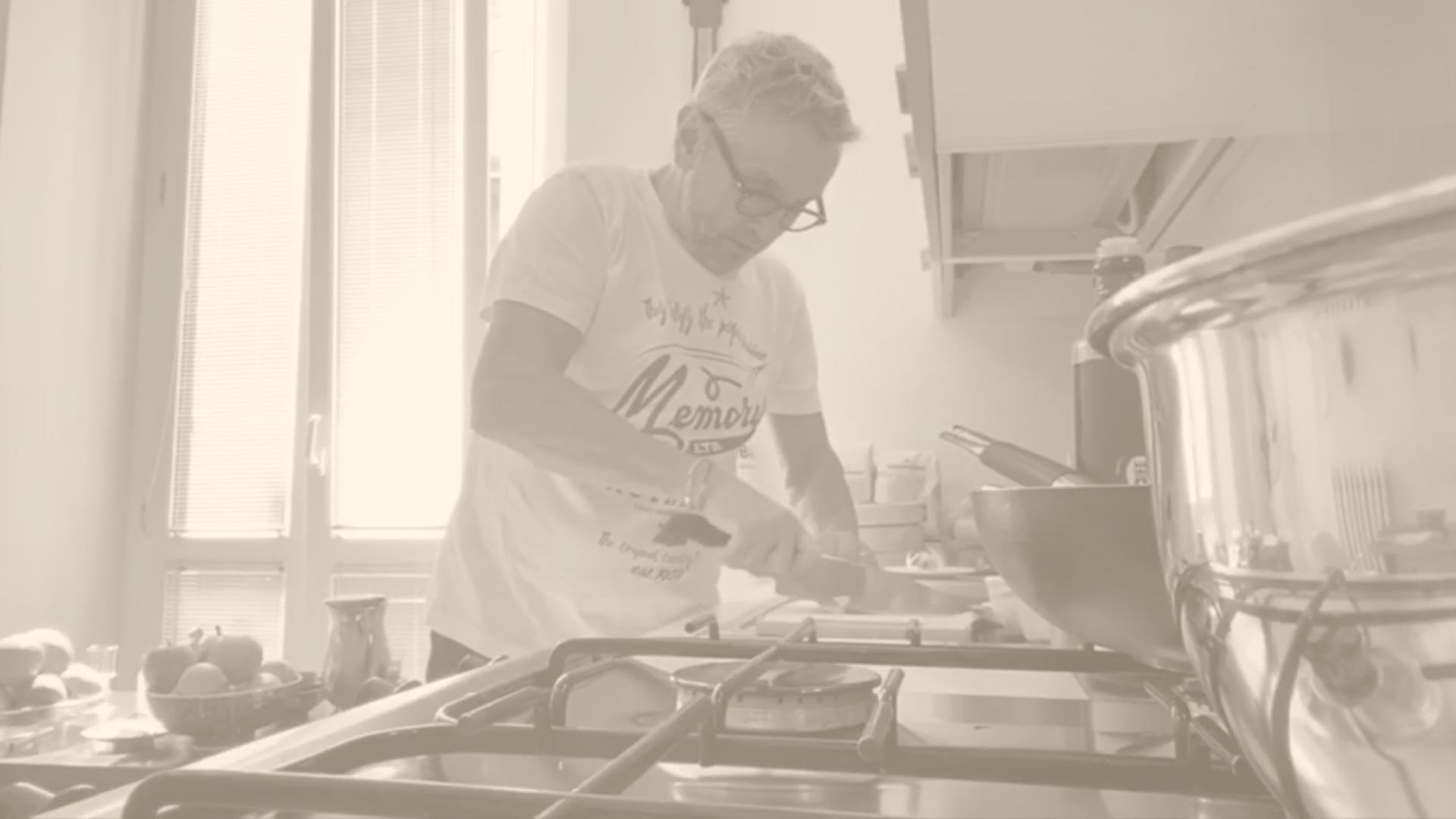 Fusilli aglio, olio e acciughe con pesto di basilico, rucola e nocciole al caramello salato