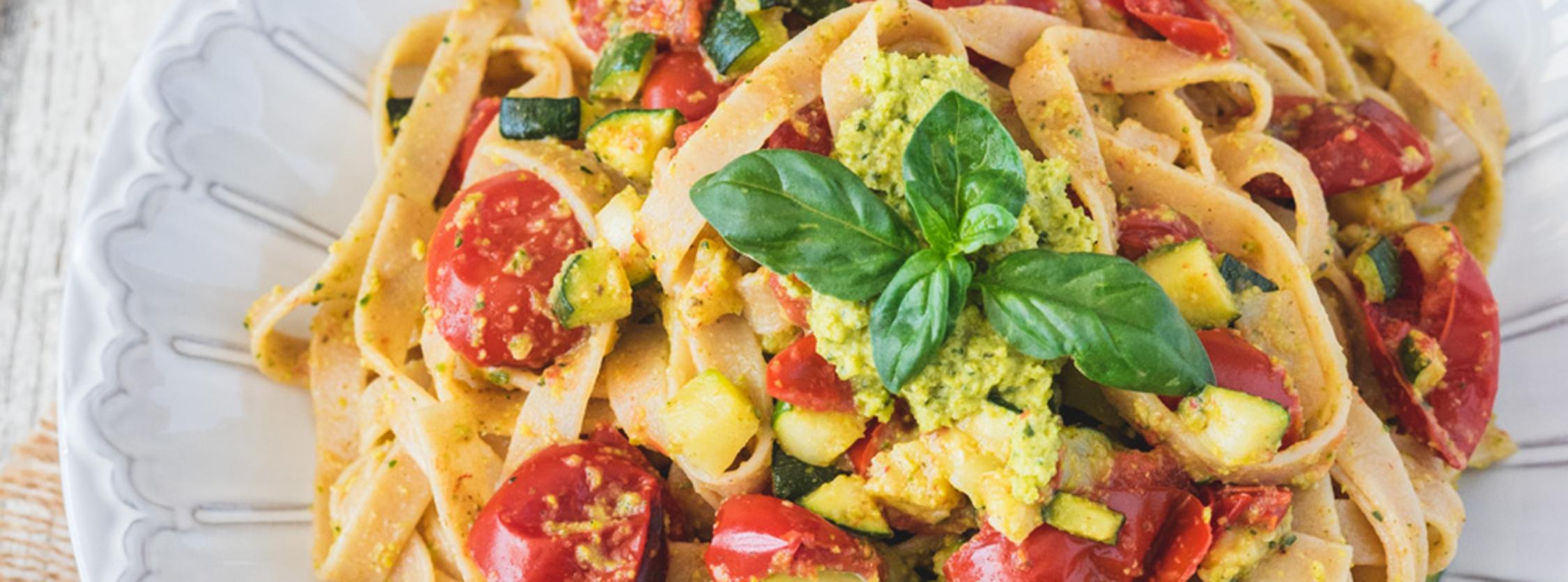 Fettuccine al pesto di pistacchi con zucchine e pomodorini confit