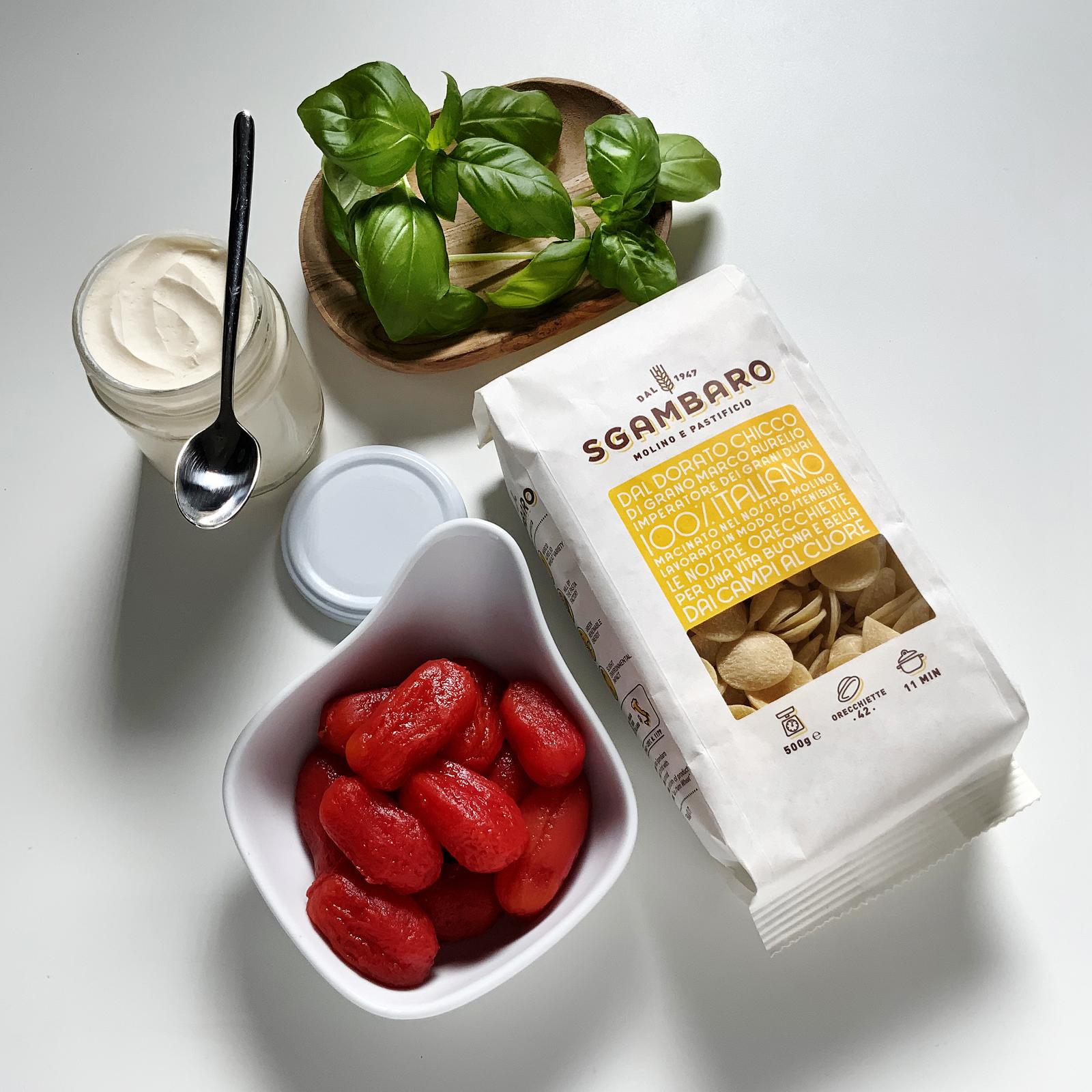Orecchiette Sgambaro al sugo di datterini, olio al basilico e ricotta forte ingredienti