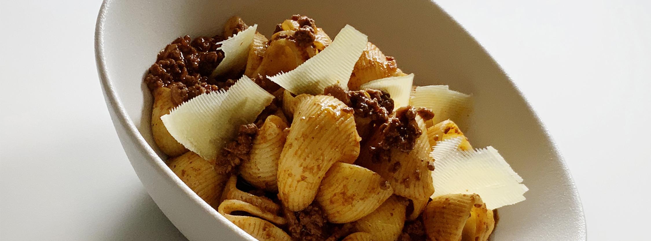 Lumache Sgambaro al ragù di manzo e porcini con scaglie di formaggio di malga